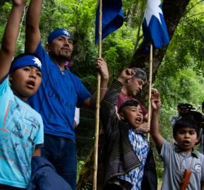 El lonko Curamil y su familia celebran su libertad. Foto: Catalina Mundaca