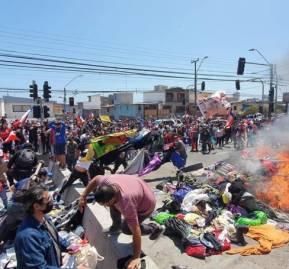 Manifestantes queman pertenencias de migrantes en Iquique.
