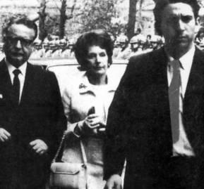 Max Marambio, Ariel Fontana, jefe operativo de los miristas que conformaron el primer GAP, precede a Allende y Hortensia Bussi.