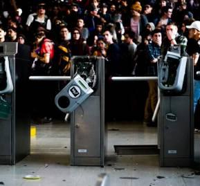 Manifestantes rompieron las barreras de contención.