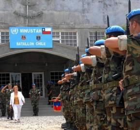 Presidenta Bachelet pasa revista a los cascos azules chilenos de Haití