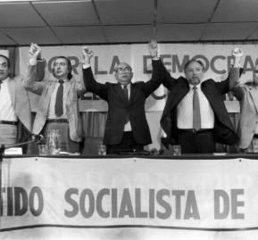 El momento de la reunificación socialista en 1989. De izquierda a derecha, Oscar Guillermo Garretón, Carlos Lazo, Clodomiro Almeyda, Jorge Arrate, Luis Alvarado y Ernesto Águila. Foto: Diario La Época