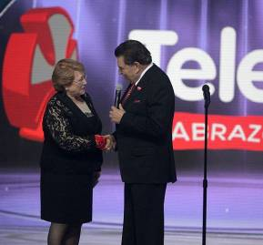 Michelle Bachelet junto a 'Don Francisco' durante una Teletón. Foto. Wikipedia Commons
