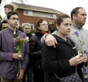 Personas poniendo flores en la sinagoga del Árbol de la Vida en Pittsburgh, Pennsylvania, EEUU. AP Photo/Matt Rourke
