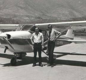 Roberto Thieme junto a Miguel Cessa. Atrás el Cessna 172 con el que viajaban a la Colonia Dignidad y a Argentina