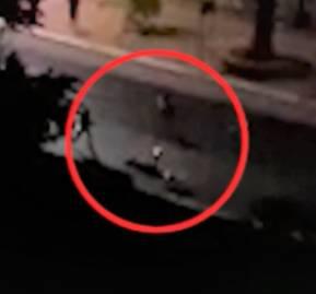 El momento en que la víctima es baleada por un carabinero