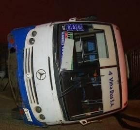 Vecinos preocupados por el potencial de accidentes, debido a las malas condiciones de los buses y la velocidad con la que transitan. En la imagen, una micro incrustada en una casa en el sector de Achupallas en Viña del Mar. (Foto: 24horas.cl)
