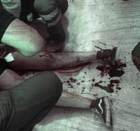 Valeska Orellana siendo atendida en metro Estación Central luego de que le dispararan en la pierna
