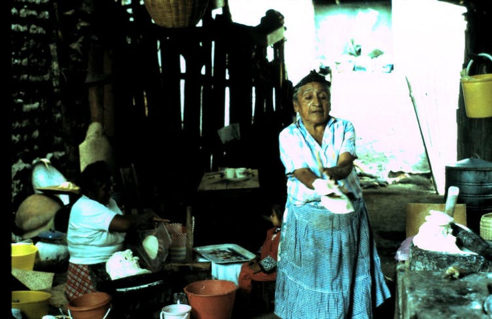 Una mujer zapoteca preparando tamales con maíz cultivado en la zona. Jeffrey H. Cohen, CC BY
