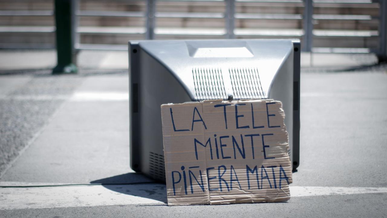 Manifestación afuera de los distintos canales de televisión durante este lunes. Fotografía: Daniel Miranda.
