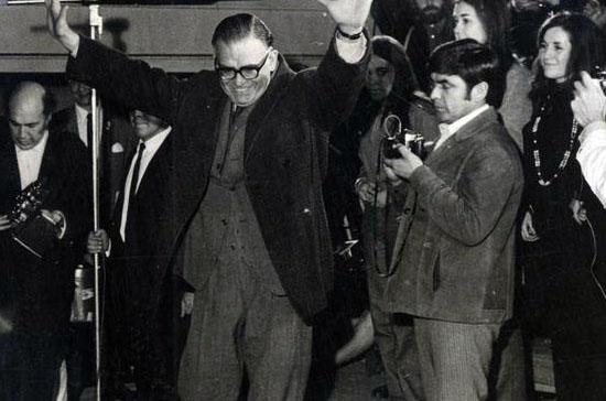 Tomic saluda a sus partidarios. Foto de Sonia Aravena. Biblioteca Nacional