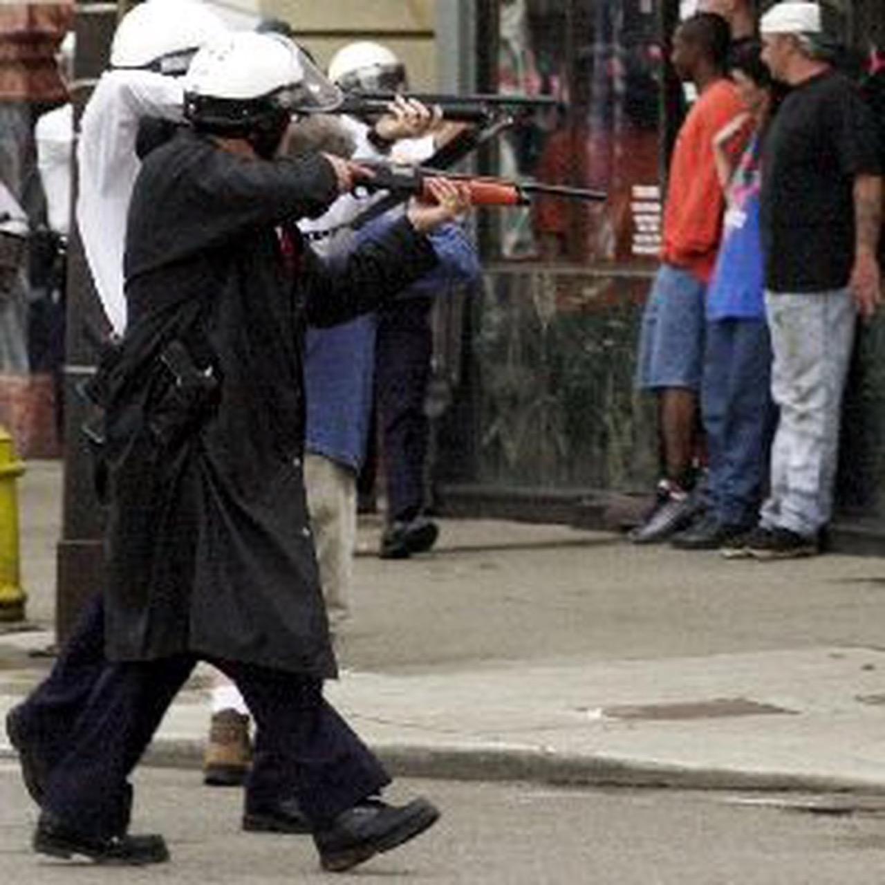 2001, Policías de Cincinnati apuntan con sus armas a un grupo de manifestantes. Fotografía AP
