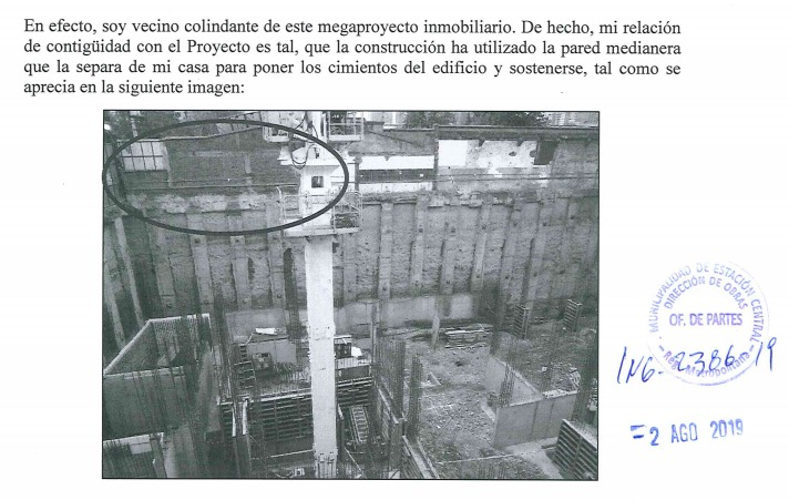 En su denuncia, el vecino afectado mostró cómo el edificio ha utilizado la pared medianera de su casa para poner los cimientos.