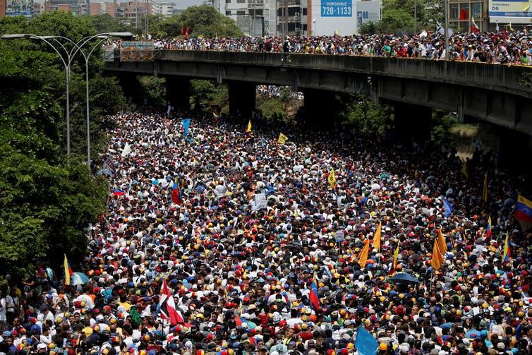 """Los venezolanos en ciudades de todo el país participaron en lo que la oposición llamó """"la madre de todas las protestas"""", el 19 de abril de 2017. Varias personas murieron en la represión policial.  Reuters / Carlos Garcia Rawlins"""