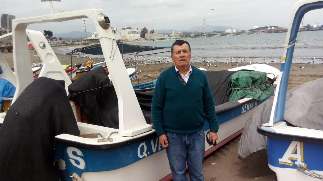 """Carlos Vegas ha trabajado toda su vida como buzo en la caleta de Ventanas. Él recuerda cuando la zona era un lugar prístino y asegura que  """"la miseria y el abandono del Estado de Chile en estas comunidades ha sido tremendo""""."""