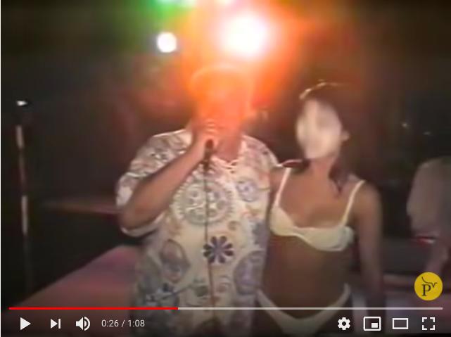 """Extractos de VHS con audio original obtenidos exclusivamente por Pública muestran una fiesta en 1994 dedicada a Samuel Klein y organizada por los empleados. La fiesta contó con más de """"150 amigas"""" del empresario."""