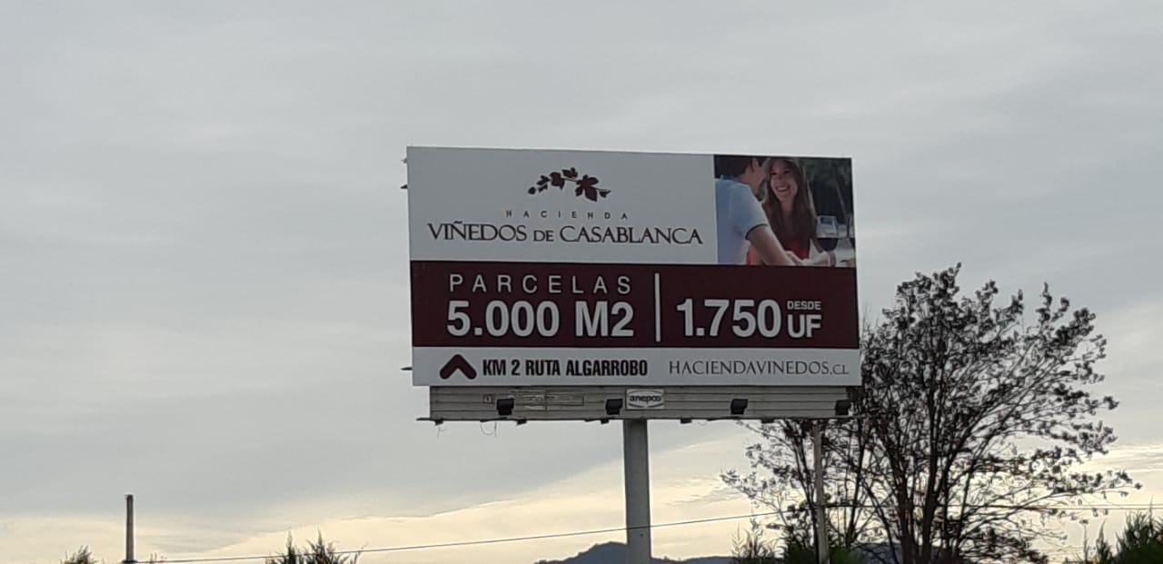 Gigantografía publicitaria del proyecto Hacienda Viñedos de Casablanca a un costado de la Ruta 68. Foto: Nicolás Massai D.