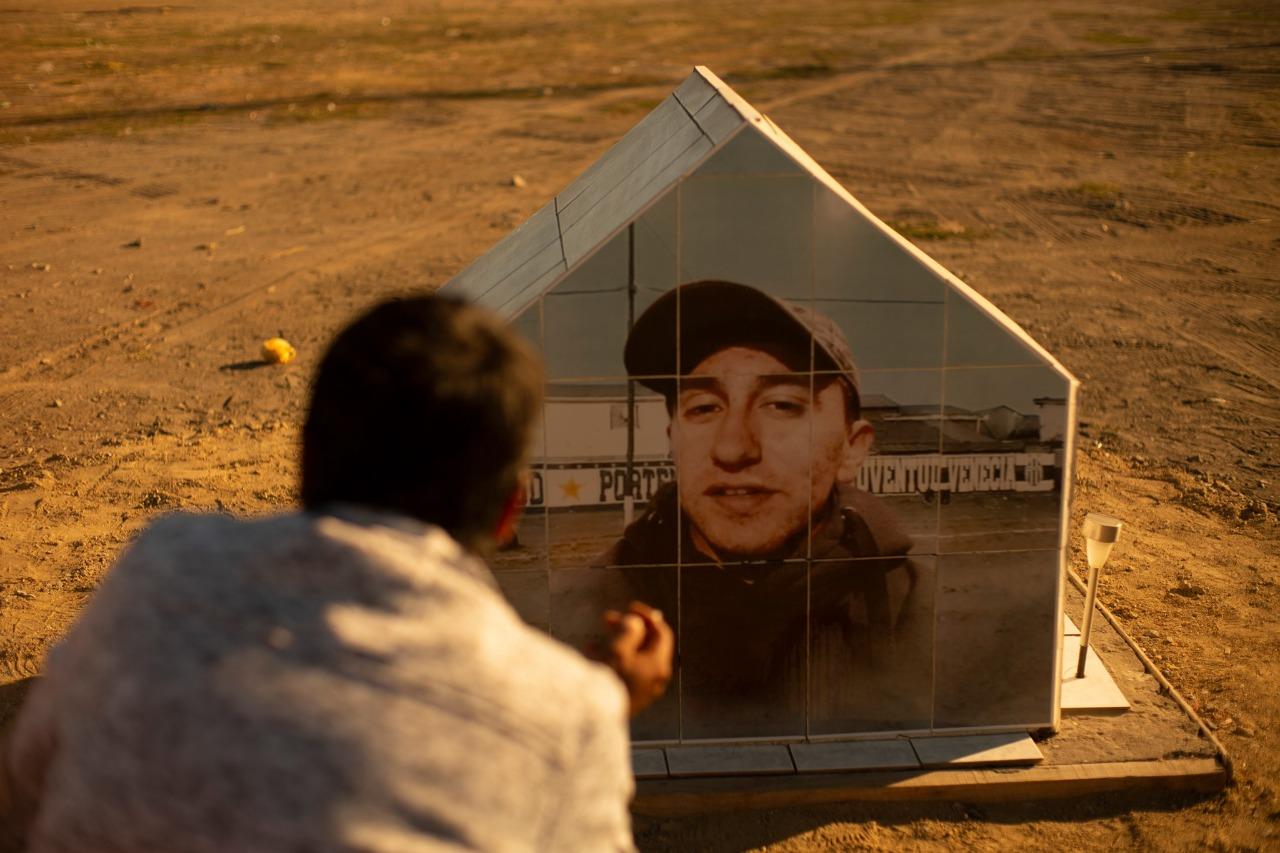 Manuel Rebolledo Ibacache en la animita que construyó para su hijo en el lugar en que fue asesinado - Crédito: Isidora Melo Ramírez, directora de fotografía del documental.