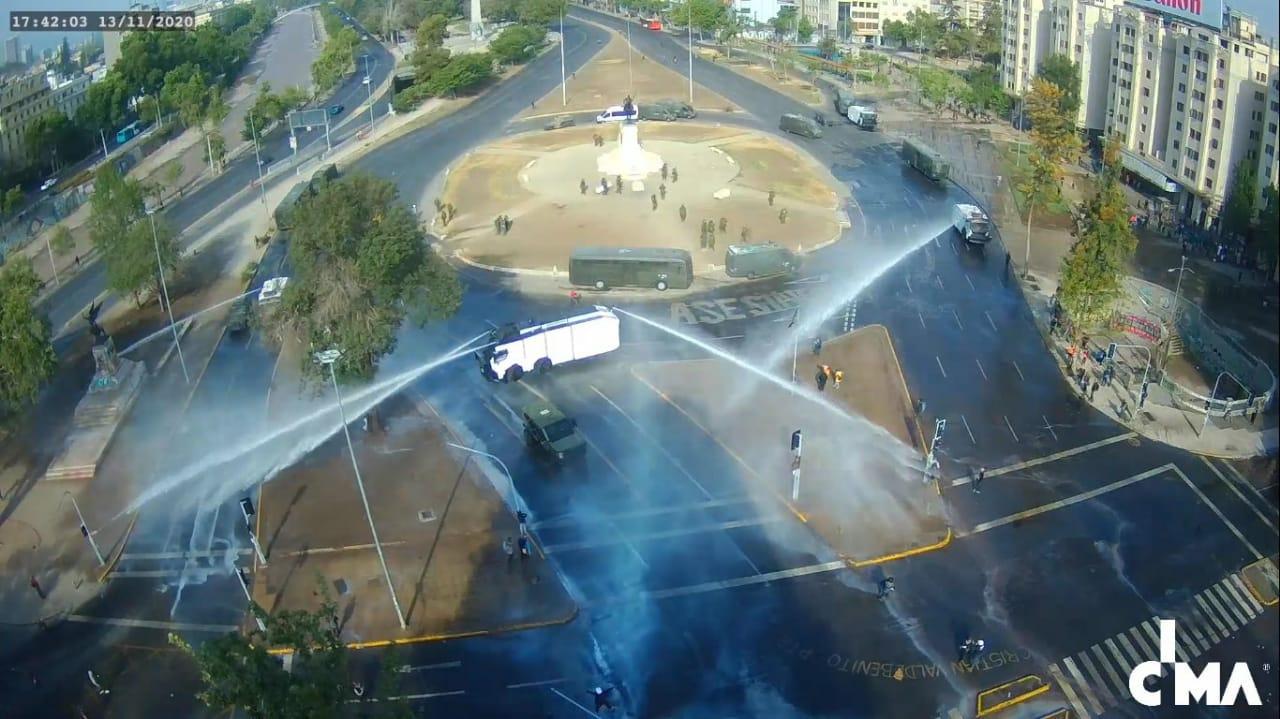 Vehículo LA-66 lanzando agua en Plaza Dignidad, registrado por Galería CIMA